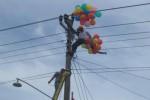 Dua petugas PT Perusahaan Listrik Negara (PLN) berusaha membebaskan balon gas yang menyangkut di gardu listrik di tepi jalur jalan Kalioso-Simo, Nogosari, Boyolali, Jawa Tengah, Minggu (30/11/2014). Peristiwa itu sempat menarik perhatian warga setempat. (Irsyam Faiz/JIBI/Solopos)