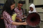 Siswa SMP Negeri 3 Jumantono, Karanganyar, Jawa Tengah mengamati gramofon di Monumen Pers Nasional, Solo, Jawa Tengah, Kamis (18/12/2014). Outing class yang diikuti 140 siswa tersebut bertujuan untuk mengenalkan sejarah pers secara langsung kepada siswa sekaligus sebagai aplikasi dari Kurikulum 2013. (Ivanovich Aldino/JIBI/Solopos)