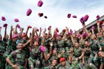 Para mantan siswa Kursus Terjun Bebas TNI AL melakukan selebrasi lempar baret saat Wing Day Penutupan Pendidikan Kursus Terjun Bebas atau Accelerated Free Fall (AFF), di Lanudal Juanda, Surabaya, Jawa Timur, Jumat (12/12/2014). Kursus terjun bebas atau accelerated free fall yang digelar Sekolah Khusus Pendidikan Intai Amfibi (Taifib) Korps Marinir tersebut diikuti 86 siswa mantan peserta Diktaifib, Dikpaska dan Dikkowal. (JIBI/Solopos/Antara/Eric Ireng)