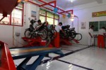 Siswa SMK Muhammadiyah 1 Solo memperagakan sistem kerja bengkel di laboratorium sepeda motor sekolah mereka, Kamis (18/12/2014). Peragaan kerja bengkel sepeda motor tersebut mereka lakukan dalam rangka peluncuran laboratorium baru tersebut yang dilakukan bersamaan dengan perayaan milad atau ulang tahun ke-50 sekolah vokasi itu. (Ivanovich Aldino/JIBI/Solopos)