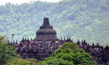 Wisatawan memadati Candi Borobudur di komplek Taman Wisata Candi Borobudur (TWCB), Borobudur, Magelang, Jawa Tengah, Kamis (25/12/2014). Candi Borobudur merupakan salah satu tujuan favorit wisatawan domestik maupun mancanegara pada libur akhir tahun yang mengapit Hari Natal 2014 dan Tahun Baru 2015 ini. (JIBI/Solopos/Antara/Anis Efizudin)