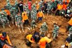 Tim Search and Rescue (SAR) gabungan melakukan evakuasi jenazah ibu dan anak yang ditemukan dalam kondisi berpelukan di area bencana alam tanah longsor Dusun Jemblung, Desa Sampang, Karangkobar, Banjarnegara, Jawa Tengah, Jumat (19/12/2014). Proese evakuasi dua jenasah tersebut memakan waktu cukup lama akibat kondisi jenazah yang terjepit tembok pondasi rumah. (JIBI/Solopos/Antara/Idhad Zakaria)
