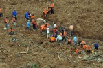 Tim Search and Rescue (SAR) gabungan pelbagai elemen tetap bersemangat melakukan pencarian korban yang tertimbun tanah longsor di Dusun Jemblung, Desa Sampang, Kecamatan Karangkobar, Banjarnegara, Jawa Tengah, Minggu (21/12/2014). Mereka tak tampak patah semangat mskipun Minggu itu adalah hari terakhir pencarian korban, Pemkab Banjarnegara secara resmi memutuskan menghentikan pencarian dan evakuasi korban bencana tanah longsor Jemblung pada hari Minggu (21/12/2014), dengan jumlah total korban ditemukan sebanyak 95 jasad. (JIBI/Solopos/Antara/Anis Efizudin)