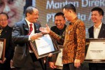 Menteri Pariwisata Arief Yahya (kiri) memberikan plakat penghargaan kepada mantan Dirut PT Kereta Api Indonesia (KAI) yang saat ini menjabat sebagai Menteri Perhubungan Ignasius Jonan pada acara Mark Plus Conference 2015 di Jakarta, Kamis (11/12/2014). Jonan menerima penghargaan sebagai Marketeer of The Year 2014 karena dinilai telah melakukan reformasi pada PT KAI dari rugi bersih sebesar Rp83,5 miliar pada 2008 menjadi laba bersih Rp154,8 miliar pada 2009, dan akhir tahun 2013 mencatat laba bersih sebesar Rp560,4 miliar. (Dwi Prasetya/JIBI/Bisnis)