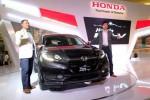 Presiden Direktur PT Honda Prospect Motor (HPM) Tomoki Uchida (kiri) bersama Engineering Design Leader Honda R & D Koji Iwanami mengacungkan jempol saat mengumumkan harga Honda HR-V sekaligus menampilkan Honda HR-V 1.8L Prestige di Jakarta, Sabtu (6/12/2014). Honda HR-V yang mulai diproduksi di pabrik PT HPM Karawang pada awal Desember 2014 ini merupakan mobil crossover pertama Honda dan hadir dalam tiga varian, yakni 1.5L AT, 1.5L CVT dan 1.8L Prestige. (Dwi Prasetya/JIBI/Bisnis)