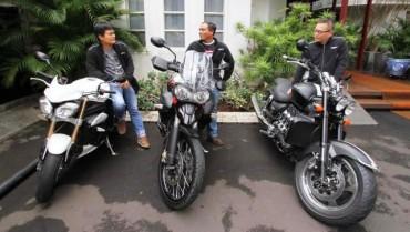Marketing Manager PT Triumph Motorcycles Indonesia Indra Dwi Sunda (dari kiri ke kanan), After Sales Manager Yudi Yulianto dan Managing Director Paulus B Suranto berbincang-bincang di sela acara Motorcyles Media Appreciation 2014 di Jakarta, Jumat (19/12/2014). Triumph memiliki 12 diler resmi di dunia dan Indonesia menjadi yang terakhir serta memiliki pabrik di complete knock down (CKD) di Thailand untuk menunjang ekspansi Triumph di Indonesia. (Nurul Hidayat/JIBI/Bisnis)