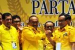 Ketua umum terpilih Partai Golkar, Aburizal Bakrie (tengah), berjabat tangan dengan Ketua Dewan Pertimbangan Partai Golkar Akbar Tandjung (kanan) dan tim formatur periode kepengurusan Partai Golkar 2014-2019 Nurdin Halid (kiri) kala berfoto bersama seusai penetapan mereka dalam Munas partai Golkar di Nusa Dua, Badung, Bali, Rabu (3/12/2014). Tim formatur yang dipimpin oleh Aburizal sebagai ketua umum tersebut beranggotakan delapan orang, terdiri atas dua orang perwakilan Indonesia barat, dua orang perwakilan Indonesia tengah, dua orang perwakilan Indonesia timur, serta dua orang perwakilan organisasi sayap partai. (JIBI/Solopos/Antara/Puspa Perwitasari)