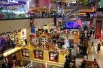 Suasana Natal ala Eropa terasa di atmosfer Atrium Solo Paragon Lifestyle Mall, Solo, Jawa Tengah yang dikemas menjadi Kampung Santa, Selasa (16/12/2014) malam. Aneka sajian kuliner dan hiburan disajikan dalam acara yang digelar untuk menyambut liburan Natal 2014 dan Tahun baru 2015. (Sunaryo Haryo Bayu/JIBI/Solopos)