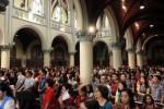 Umat kristiani menyalakan lilin saat mengikuti prosesi ibadah misa Natal di Gereja Katedral, Jakarta, Kamis (25/12/2014). Misa Natal tersebut berjalan dengan lancar dan khidmat. (Rahmatullah/JIBI/Bisnis)