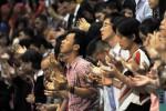 Umat kristiani berdoa dengan khidmat saat mengikuti Misa Natal Gereja Bethel Indonesia Musi Palem Indah di Palembang Sport and Convention Center, Rabu (24/12/2014) malam. Misa Natal yang dihadiri 6.000 jemaat, pada malam itu digelar dengan tema Membuka Pintu-Pintu Mukjizat. (JIBI/Solopos/Antara/Feny Selly)
