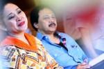 Anggota DPR dari Partai Golkar Siti Hediati Soeharto atau lebih akrab dikenal sebagai Titiek Soeharto (kiri) bersama anggota stafnya, Tito Sulistyo, memaparkan rencana program kerja dan visi misinya untuk maju menjadi bakal calon ketua umum Palang Merah Indonesia (PMI) di Jakarta, Senin (15/12/2014). (Rahmatullah/JIBI/Bisnis)