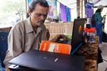 Widadi, 53, warga Mangkubumen Kulon, Solo, Jawa Tengah yang menyandang tuna netra menunjukan cara membaca buku dengan komputer yang menggunakan aplikasi Jaws for Windows dalam Pameran Hasil Karya Difabel di Pendapa Taman Budaya Surakarta (TBS), Kentingan, Solo, Jawa Tengah, Sabtu (13/12/2014). Dengan menggunakan aplikasi tersebut, para penyandang tuna netra tidak akan mengalami kesulitan dalam membaca dan menulis. (Sunaryo Haryo Bayu/JIBI/Solopos)