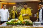 Ketua Umum Partai Hati Nurani Rakyat (Hanura) Wiranto (kedua dari kanan) didampingi Ny. Uga Wiranto (kedua dari kiri), Sekjen Partai Hanura Dossy Iskandar (kiri) dan fungsionaris Partai Hanura Yuddy Chrisnandi (kanan) memotong tumpeng saat peringatan HUT VIII Partai Hanura di Kantor DPP Partai Hanura, Jakarta, Minggu (21/12/2014). HUT ke-8 Partai Hanura yang dirayakan secara sederhana itu dihadiri sejumlah perwakilan fungsionaris, sesepuh dan organisasi sayap partai. (JIBI/Solopos/Antara/Ismar Patrizki)