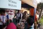 Wali Kota Solo F.X. Hadi Rudyatmo (kanan) mengunjungi stand penjualan sembako murah saat digelar pasar murah di Kompleks Balai Kota Solo, Selasa (16/12/2014). Pasar murah yang digelar oleh Tim Pengendali Inflasi Daerah (TPID) itu digelar untuk menekan laju inflasi daerah dengan melibatkan 10 distributor pangan utama dan 12 komoditas pendukung. (Reza Fitriyanto/JIBI/Solopos)