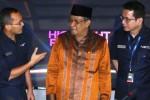 Direktur Utama Net.tv Deddy Hariyanto (kiri), CEO Wishutama Kusubandio (kanan), dan Ketua Pengurus Besar Nahdlatul Ulama (PBNU) Said Aqil Siradj berbincang seusai menandatangani kerja sama di Jakarta, Senin (15/12/2014). Kerja sama tersebut dijalin dalam rangka menggelar berbagai kegiatan bersama antara lain Pasar Rakyat Masa Kini yang akan digelar di 45 kota di Indonesia sepanjang 2015. (Nurul Hidayat/JIBI/Bisnis)