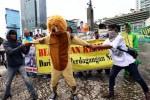 Warga yang tergabung dalam Komunitas Peduli Kebun Binatang Surabaya menggelar aksi damai dengan mengebakan kostum binatang di Bundaran Hotel Indonesia (HI), Jakarta, Senin (8/12/2014). Dalam aksi itu, massa mendesak aparat penegak hukum segera menyelesaikan penanganan berbagai kasus jual beli satwa yang diduga melibatkan pengelola Kebun Binatang Surabaya (KBS). (Abdullah Azzam/JIBI/Bisnis)