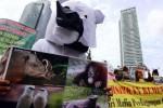 Warga yang tergabung dalam Komunitas Peduli Kebun Binatang Surabaya, Senin (8/12/2014), menggelar aksi damai di Bundaran Hotel Indonesia (HI), Jakarta. Dalam aksi itu, para aktivis yang dengan mengenakan kostum binatang itu mendesak aparat penegak hukum segera menyelesaikan penanganan berbagai kasus jual beli satwa yang diduga melibatkan pengelola Kebun Binatang Surabaya (KBS). (Abdullah Azzam/JIBI/Bisnis)