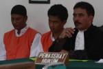 Lutfi Tejo Putranto (kiri) dan Asep Buchoiri terdakwa kasus pembunuhan mahasiswa Universitas Slamet Riyadi (Unisri), mendengarkan kesaksisan warga di ruang sidang Pengadilan Negeri (PN) Solo, Senin (15/12/2014). Sidang itu digelar dengan agenda mendengarkan kesaksian warga Banjarsari, Eko Sulistyo, yang meringankan terdakwa. (Ivanovich Aldino/JIBI/Solopos)