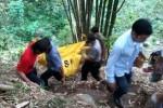 Aparat Polsek Mojosongo bersama warga Dukuh Trisik, Karangnongko, Mojosongo, Boyolali, Jawa Tengah mengevakuasi jasad Sri Mulat, 32, warga warga RT 005/RW 003 Dukuh Trisik, Karangnongko, Mojosongo yang ditemukan tewas di dasar Sungai Tompe, Rabu (17/12/2014). Jasad Sri Mulat ditemukan dalam kondisi mengenaskan, selain sudah membusuk juga telah terpisah menjadi tiga bagian, yaitu kepala, rahang, dan badan. (Hijriyah Al Wakhidah/JIBI/Solopos)