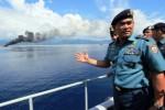 Pangarmatim Laksda TNI Arie Henrycus Sembiring (kanan) meninjau proses penenggelaman dua kapal ikan berbendera Papua Nugini di perairan Teluk Ambon, Maluku, Minggu (21/12/2014). Kedua kapal tersebut, adalah KM Century 4 (200 GT) dan KM Century 7 (250 GT) tertangkap basah melakukan penangkapan ikan secara ilegal di Laut Arafura. Kedua kapal itu diawaki 45 ABK warga Thailand dan 17 ABK warga Kamboja. (JIBI/Solopos/Antara/Izaac Mulyawan)