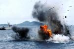 Kapal asing pencuri ikan MV Kour Son 77 diledakkan di wilayah Laut Natuna, Kepulauan Anambas, Kepulauan Riau, Minggu (28/12/2014). Kapal yang diawaki sembilan nelayan itu tertangkap KRI Sultan Hasanuddin-366 saat mencuri ikan di wilayah Tarempa, 23 Desember 2014 lalu. Penertiban nelayan asing dengan cara ditenggelamkan kapalnya itu dilakukan Komando Pasukan Katak (Kopaska) TNI AL setelah mendapat persetujuan dari PN Ranai. (JIBI/Solopos/Antara/Joko Sulistyo)