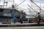 Personil Marinir di Markas Komando (Mako) Lantamal IX Ambon, Maluku menjaga anak buah kapal (ABK) kapal ikan asing yang ditangkap gara-gara dituduh mencuri ikan di wilayah hukum Republik Indonesia, Minggu (14/12/2014). Awak KRI Abdul Halim Perdanakusumah-355 berhasil menangkap tujuh kapal ikan ilegal yang diawaki 69 warga Tiongkok, 60 warga Thailand, dan 11 warga Indonesia dengan memuat 578 ton ikan. (JIBI/Solopos/Izaac Mulyawan)