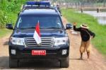 Presiden Joko Widodo menyapa seorang warga saat melakukan kunjungan ke Subang, Jawa Barat, Jumat (26/12/2014). Dalam kunjungan ke Subang tersebut, Presiden Jokowi menyerahkan 1.099 unit traktor tangan kepada 19 kelompok tani dan sembilan perwakilan kelompok. (JIBI/Solopos/Antara/Agus Suparto)