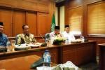 Presiden Joko Widodo (Jokowi) didampingi Menteri Agama Lukman Hakim Saefudin bersilaturahmi dengan Ketua Umum Pengurus Besar Nahdlatul Ulama (PBNU) Said Aqil Siraj di kantor PBNU, Jakarta, Rabu (24/12/2014). Sehari menjlang Hari Natal 2014 itu, Presiden Jokowi selain mengunjungi kantor PBNU dan Pengurus Pusat (PP) Muhammadiyah, juga menggelar dua kali rapat terbatas dan sekali sidang kabinet paripurna di Kantor Presiden, Jakarta. (JIBI/Solopos/Setkab)