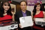 Country Manager Benq Indonesia Eko Handoko Wijaya (tengah) bersama para model menunjukkan produk terbaru Benq Proyektor Home Video W1070 dan W1080ST, di Jakarta, Kamis (18/12/2014). Kedua produk proyektor terbaru Benq itu menampilkan kualitas gambar sekelas bioskop, kinerja audio luar biasa dan pemasangan yang sangat mudah. Benq Indonesia menjamin proyektor W1070 dan W1080ST mampu mengubah ruang tamu menjadi bioskop. (JIBI/Solopos/Antara/Audy Alwi)