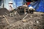 Pekerja menyelesaikan proses pembuatan pupuk organik dari kotoran hewan di industri rumahan Sabar Bersaudara, Desa Besito, Gebog, Kudus, Jawa Tengah, Sabtu (13/12/2014). Industri pengolahan pupuk itu dalam sehari mampu menghasilkan sekitar 5 ton pupuk dan telah dipasarkan ke sejumlah daerah di Pulau Jawa. (JIBI/Solopos/Antara/Andreas Fitri Atmoko)