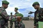 Komandan Pusat Pendidikan (Danpusdik) Penerbangan TNI Angkatan Darat (Penerbad) Kolonel CPN Suprapto (kiri) memasangkan baret di kepala seorang prajurit pada Tradisi Pembaretan Korps Penerbad di Pantai Maron, Semarang, Jawa Tengah, Sabtu (13/12/2014). Sebanyak 36 prajurit yang terdiri atas 16 perwira dan 20 tamtama itu secara resmi menjadi warga Korps Penerbad setelah mengikuti pendidikan selama lima bulan. (JIBI/Solopos/Antara/R. Rekotomo)