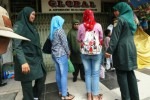 Personel Wilayatul Hisbah atau polisi syariat Islam Kota Banda Aceh menasihati sejumlah warga di depan Toko Global, Jl. Diponegoro, Banda Aceh, Jumat (12/12/2014). Para polisi syariat Islam itu menganggap busana yang dikenakan warga terazia itu terlalu ketat dan bertentangan dengan peraturan daerah (qanun) Syariat Islam. (JIBI/Solopos/Antara/Irwansyah Putra)