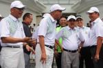 Wakil Presiden Jusuf Kalla (kedua dari kanan), Ketua Umum Kadin Suryo Bambang Sulisto (kedua dari kiri), mantan Menteri Perindustrian M. S. Hidayat (kanan), Ketua Kadin Golf Club Soeharsojo berbincang-bincang di sela-sela pembukaan turnamen golf di Jakarta, Minggu (7/12/2014). Turnamen golf tersebut diselenggarakan dalam rangka Rapimnas Kadin yang dihadiri oleh wakil presiden dan seluruh anggota Kadin. (Alby Albahi/JIBI/Bisnis)