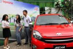 General Manager Corporate Planning and Public Relation PT. Toyota-Astra Motor Widyawati Soedigdo (kiri) berbincang-bincang dengan perwakilan siswa dan siswi SMAN 54 pada Coaching Clinic Smart Driving, Drive Your Life di Jakarta, Senin (16/12/2014). Program tersebut merupakan program informatif dan edukatif bagi kaum muda agar memiliki keterampilan dalam mengemudi dan efisien menggunakan bahan bakar. (Nurul Hidayat/JIBI/Bisnis)