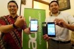 Senior Product Manager SHH Department PT Acer Indonesia Fabiant Kayatmo (kiri) berbincang-bincang dengan Public Relations (PR) Manager Marketing Division M. Thoriq Syarief Husein seusai mengenalkan produk terbaru Acer Smartphone Liquid Jade dan Liquid Z500 di Bandung, Jawa Barat, Senin (15/12/2014). Dengan menghadirkan berbagai produk sepanjang tahun 2014 ini, Acer Indonesia optimistis penjualan smartphone bikinannya pada kuartal IV/2014 meningkat hingga 400% dibandingkan dengan kuartal I 2014. (Rachman/JIBI/Bisnis)
