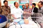Menteri Riset Teknologi dan Pendidikan Tinggi M. Nasir (kedua dari kiri) bersama Penanggung Jawab Rektor Universitas Indonesia (UI) Bambang Wibawarta (kiri), Ketua Majelis Wali Amanat UI Erry Riyana (ketiga dari kanan) dan Rektor terpilih UI Muhammad Anis (kanan) berbincang-bincang di sela-sela Temu Bisnis dan Innovation Expo di Jakarta, Senin (1/12/2014). Temu Bisnis dan Innovation Expo 2014 merupakan salah satu rangkaian kegiatan kerja sama daerah dan industri (KSDI) diselenggarakan UI untuk mempertemukan pihak industri dan pemerintah daerah dengan investor, pusat riset dan unit usaha akademik yang ada di lingkungan perguruan tinggi itu. (Endang Muchtar/JIBI/Bisnis)
