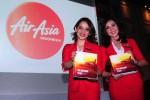Dua pramugari maskapai penerbangan Airasia di Jakarta menunjukkan buku mengenai perayaan 10 tahun perusahaan tempat mereka bekerja, Senin (8/12/2014). Airasia Indonesia merayakan hari jadi ke-10 dengan menggelar rangkaian acara bertema Ten Awesome Years yang meliputi pameran foto, penawaran harga tiket murah yang ditawarkan mulai harga Rp10.000, dan aksi donor darah serta peluncuran buku. (Alby Albahi/JIBI/Bisnis)