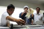 Vice President Director PT Bungasari Flour Mills Indonesia Toshitaka Kobayashi (kiri) didampingi Sales and Marketing Director Budianto Wijaya (kanan) melihat proses pembuatan mi gandum (udon) di sela-sela peluncuran produk tepung terigu Hikari Biru di Jakarta, Kamis (18/12/2014). Hikari Biru diluncurkan untuk memenuhi kebutuhan sesuai permintaan konsumen atas produk pangan yang berkualitas baik, khususnya mi serta seiring meningkatnya konsumsi tepung terigu setiap tahunnya. (Alby Albahi/JIBI/Bisnis)