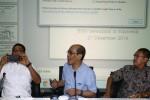 Ketua Tim Reformasi Tata Kelola Minyak dan Gas Bumi Faisal Basri (tengah) didampingi anggota tim Darmawan Prasodjo (kiri) dan Naryanto Wagiman menjawab pertanyaan wartawan saat jumpa pers di Kementrian Energi dan Sumber daya Mineral (ESDM), Jakarta, Minggu (21/12/2014). Dalam kesempatan tersebut, Tim Reformasi Tata Kelola Minyak dan Gas Bumi menyatakan kesiapan memberikan rekomendasi kepada pemerintah terkait mekanisme pengadaan bahan bakar minyak (BBM) Indonesia hingga penentuan harganya. (Abdullah Azzam/JIBI/Bisnis)