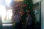 Anggota Polres Klaten menyisir Gereja Maria Asumpta, Selasa (23/12/2014), sebelum perayaan Hari Natal 2014 digelar di gereja tersebut. (Taufiq Sidik Prakoso/JIBI/Solopos)
