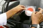 Warga menempelkan stiker seruan antikorupsi pada kaca mobil pengguna jalan yang melintas di Bundaran HI, Jakarta, Selasa (9/12/2014). Warga dan aktivis antikorupsi di seluruh Indonesia menggelar aksi antikorupsi pada Hari Antikorupsi yang jatuh pada tanggal 9 Desember. Peringatan itu bertujuan untuk memberikan dukungan pemberantasan tindak pidana korupsi. (Abdullah Azzam/JIBI/Bisnis)