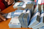 Ilustrasi menghitung uang kertas rupiah (Rahmatullah/JIBI/Bisnis)