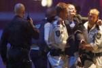 Petugas penyelamat mengevakuasi seorang permpuan yang mengalami cedera saat terjadi aksi penyanderaan di Kafe Lindt di Sydney, Australia,16  Desember 2014 (Reuters/Jason Reed)