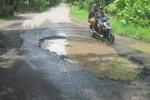Jalan di jalur Karangnongko-Ngawen rusak parah, Sabtu (27/12/2014). (Taufiq Sidik Prakoso/JIBI/Solopos)