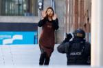 Elly Chen, salah seorang sandera berlari menuju polisi, setelah disandera di kafe Lindt, Sydney, Senin (15/12/2014). (JIBI/Solopos/Reuters/Jason Reeds)