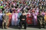 Kim Jong Un saat berfoto bersama istri tentara (Daily Mail)