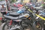 Polisi mendata puluhan motor berknalpot blombongan yang diamankan di Mapolres Sleman, Rabu (3/12/2014). Puluhan motor itu disita dalam razia yang digelar selama sepekan dalam rangka Operasi Zebra Progo 2014. (Sunartono/JIBI/Harian Jogja)