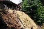 Badan Penanggulangan Bencana Daerah (BPBD) Klaten menutup sementara bagian tanggul Sungai Jarum di Kecamatan Bayat yang longsor, Selasa (23/12/2014). Upaya itu untuk mencegah masuknya air yang dapat menggerus tanah sehingga mengakibatkan bertambahnya longsor. (Ayu Abriani/JIBI/Solopos)