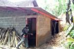 Anggota Badan Penanggulangan Bencana Daerah (BPBD) Karanganyar melihat dinding dapur di rumah salah satu warga di Dukuh Balong RT 003 Seloromo Jenawi, Sabtu (20/12). Dinding dapur di bagian belakang rumah roboh karena tertimpa tanah longsor, Jumat (19/12/2014) malam. (Sri Sumi Handayani/JIBI/Solopos)