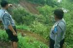 Anggota Polsek Sambirejo menunjukan lokasi longsor di Dukuh Srandu RT 005, Desa Sukorejo, Kecamatan Sambirejo, Sragen, Selasa (23/12/2014). (Irawan Sapto Adi/JIBI/Solopos)